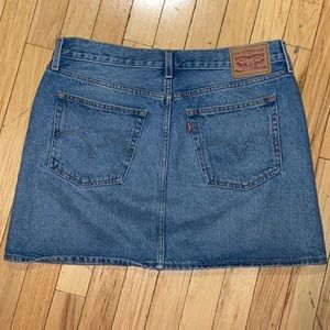 Woman's Levi's Denim Light Wash Jean Skirt Size 30